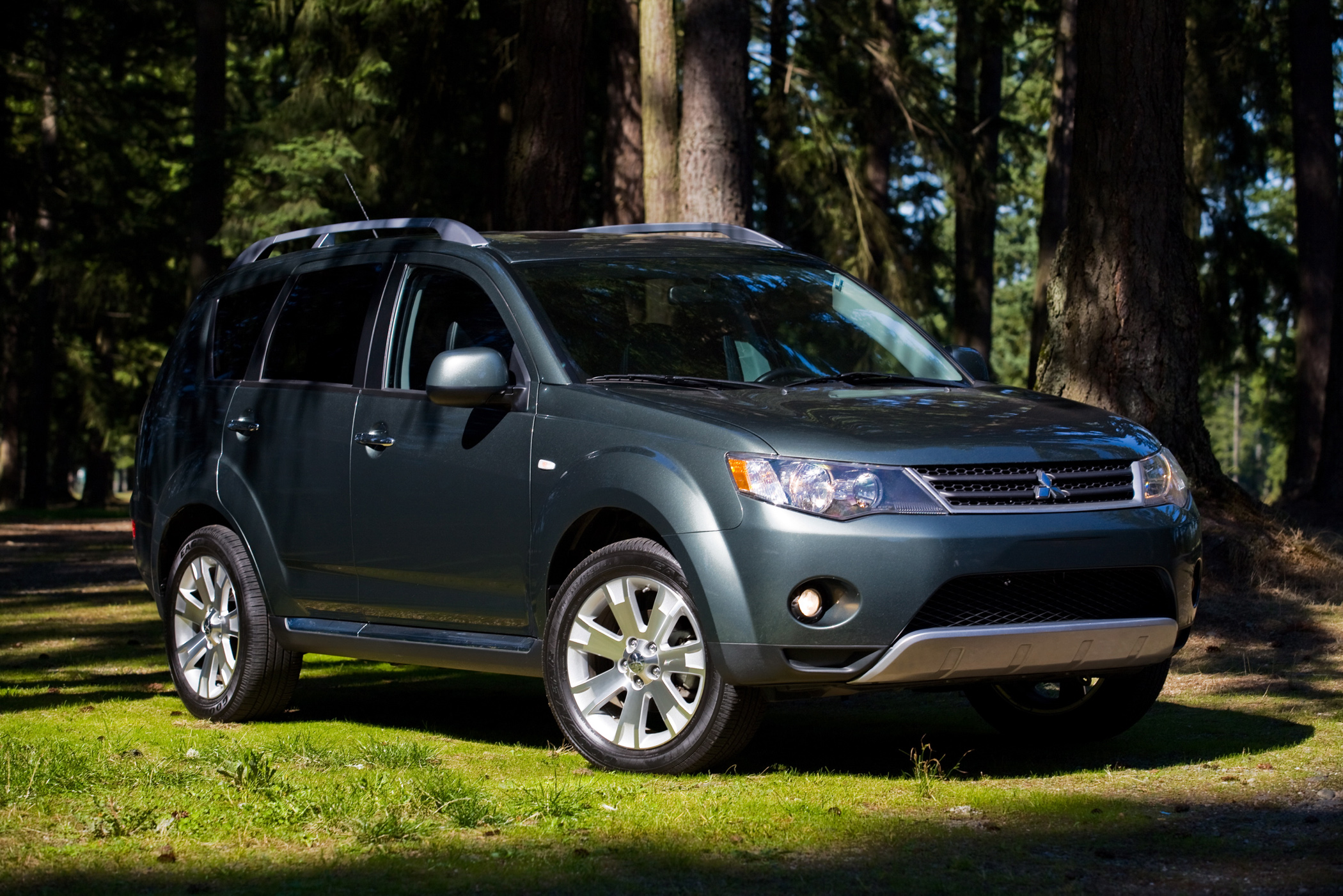 mitsubishi outlander compact crossover with third row new on wheels groovecar. Black Bedroom Furniture Sets. Home Design Ideas