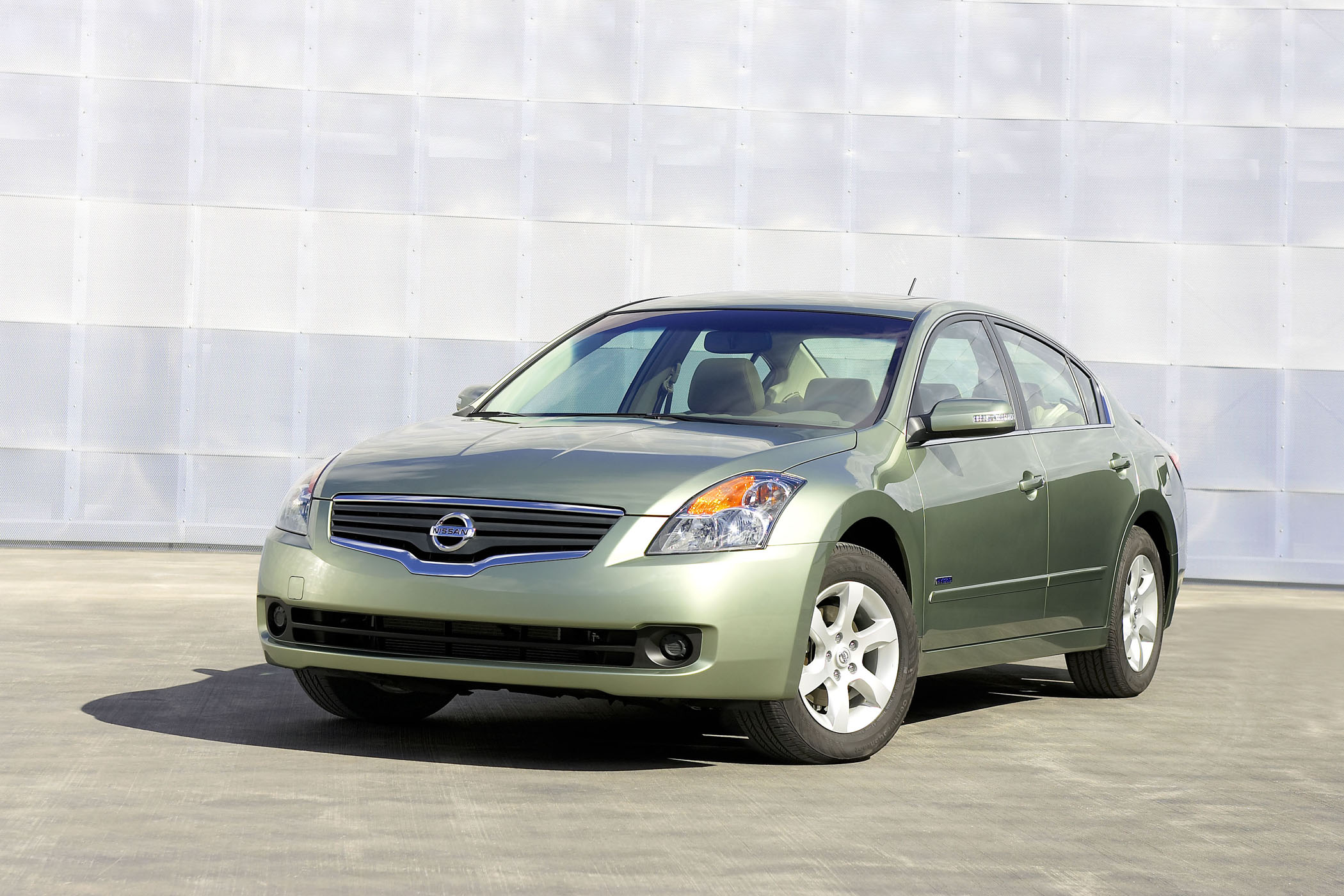 The Altima Hybrid Is Rated To Achieve 35 Miles Per Gallon In City And 33 Mpg Highway It Has A Projected Driving Range Of 700 On Single