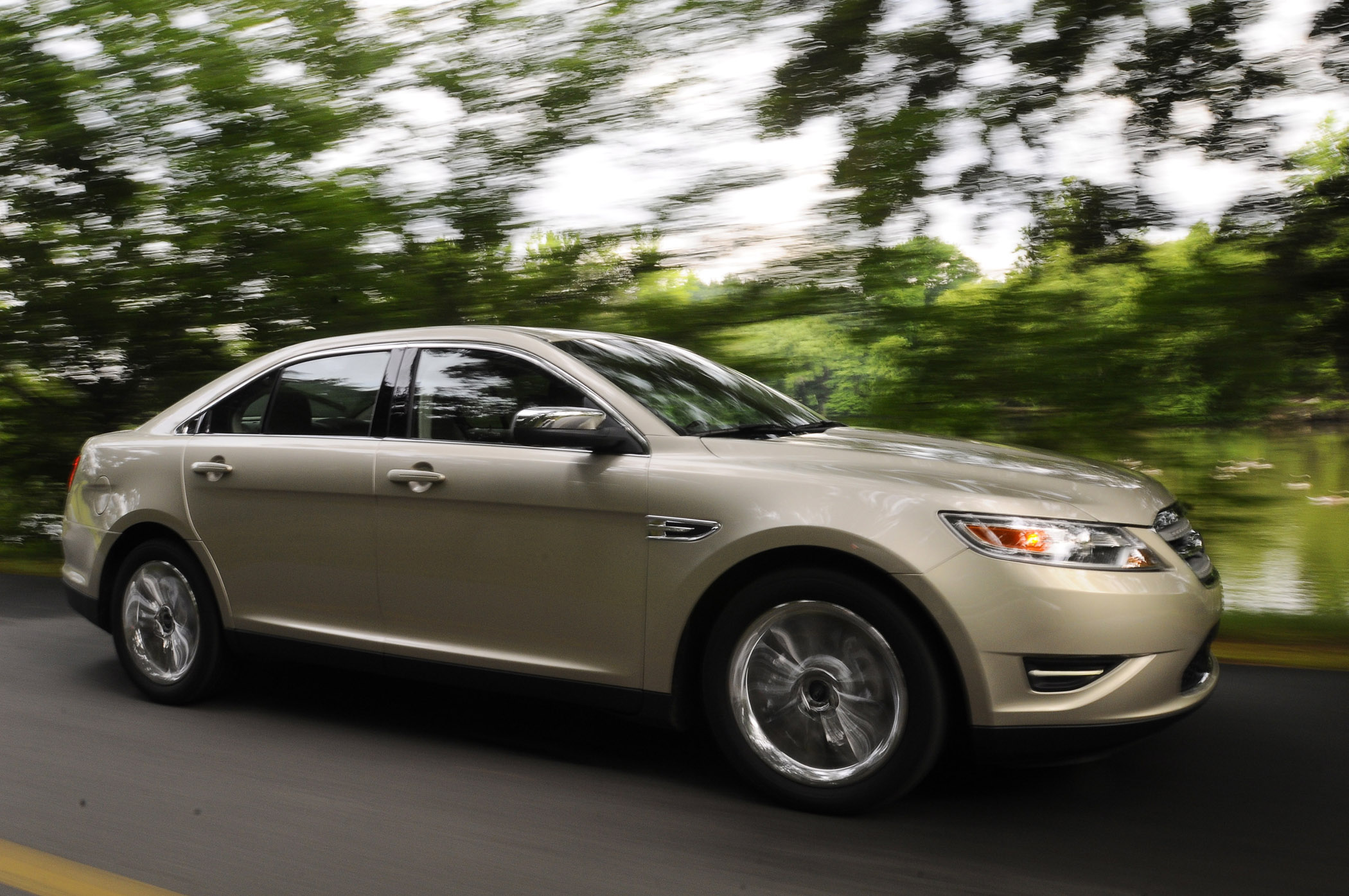 new 2010 ford taurus has style and substance down the road groovecar. Black Bedroom Furniture Sets. Home Design Ideas