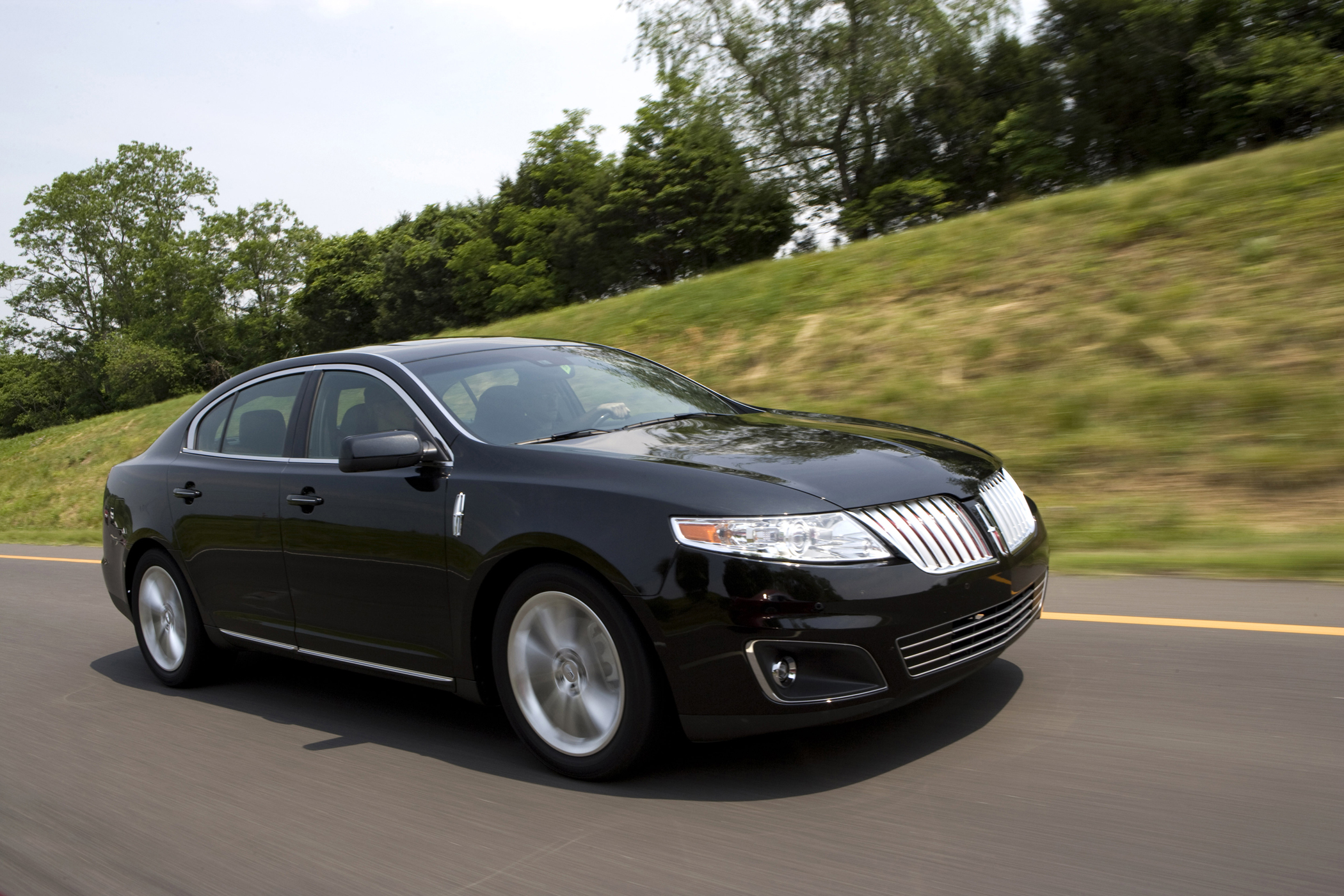 https://www.groovecar.com/media/images/articles/2009/07/new-on-wheels/lincolns-flagship-2009-mks-is-elegant-and-robust/2009-lincoln-mks.jpg