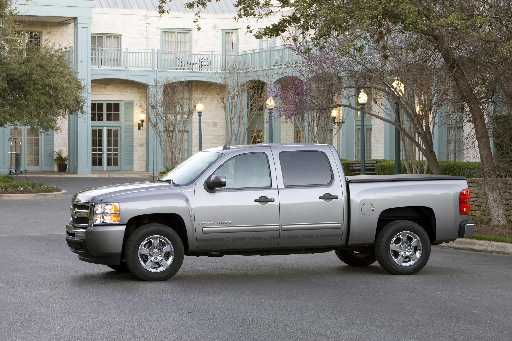 chevy silverado hybrid has 6 0l v 8 gets 22 mpg highway new on wheels groovecar. Black Bedroom Furniture Sets. Home Design Ideas
