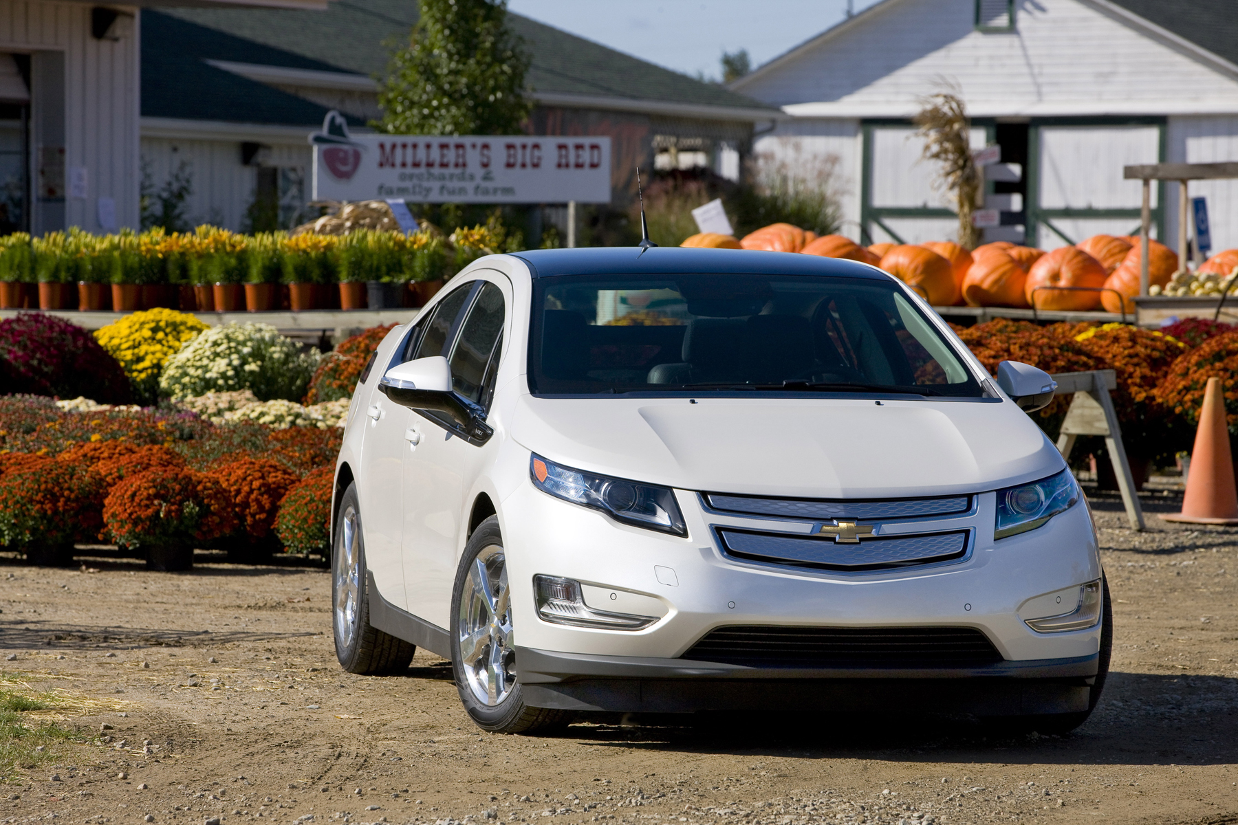 Volt Is Hybrid Runs On Electric For 40 Then Goes To Gas Chevy Manufacturer Photo Chevrolet Introduces The All New 2011 Vehicle With Extended