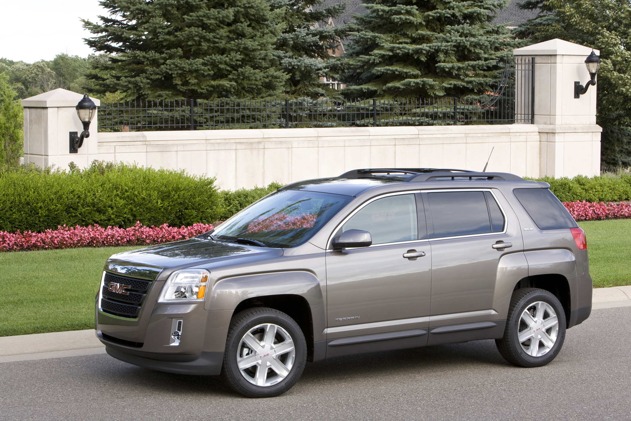 2011 gmc terrain is compact crossover with suv flare get off the road groovecar. Black Bedroom Furniture Sets. Home Design Ideas