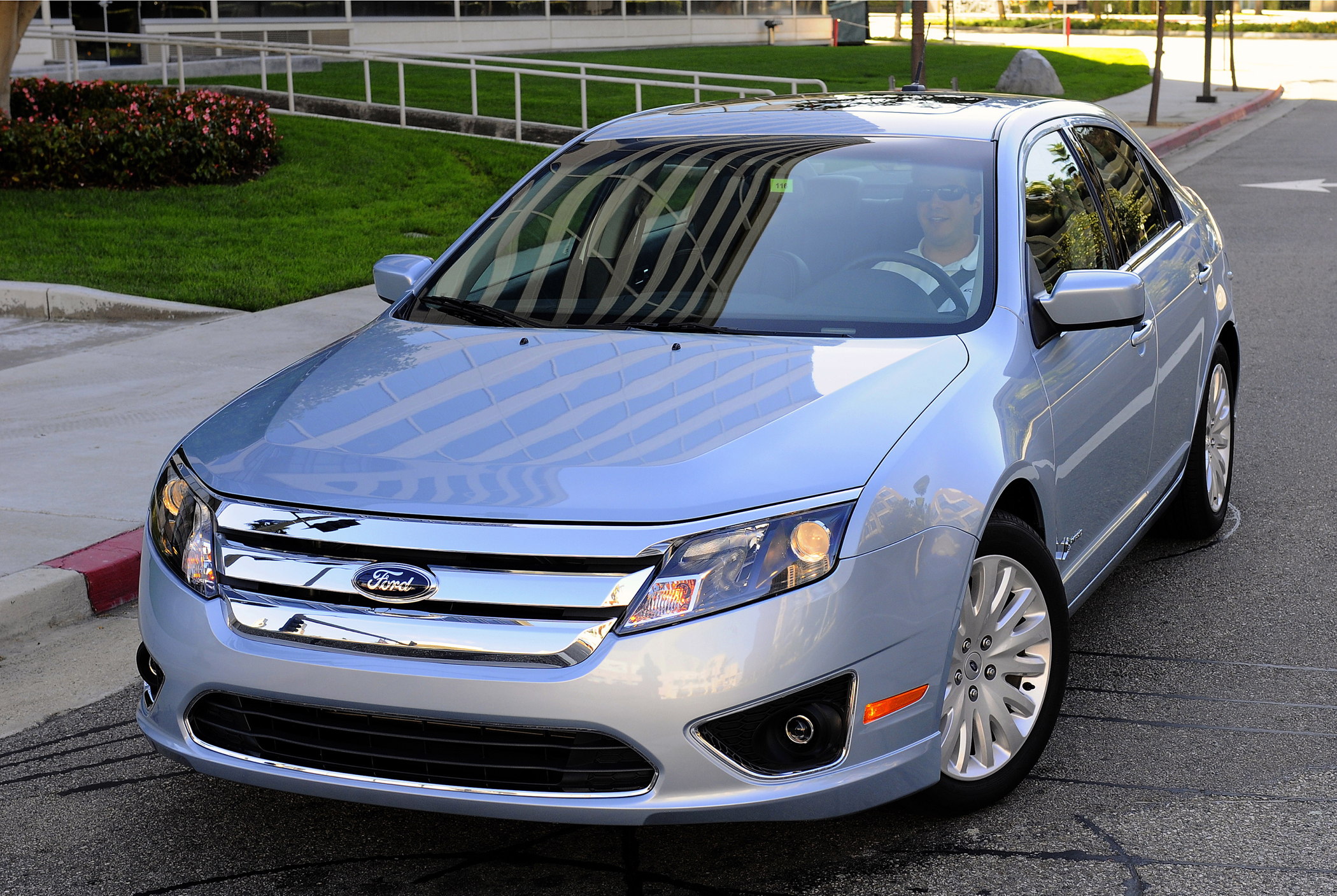 2011 ford fusion hybrid delivers 41 mpg in city driving new on wheels groovecar. Black Bedroom Furniture Sets. Home Design Ideas