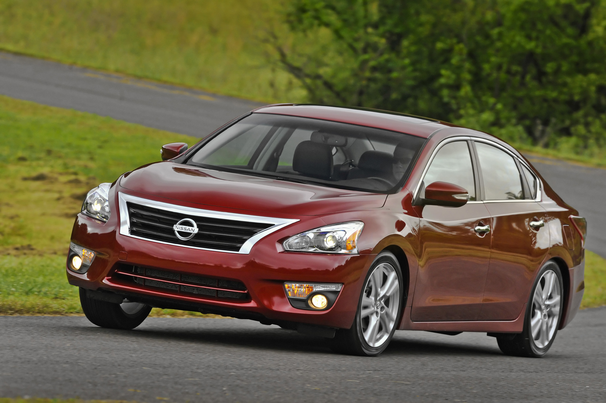 2013 nissan altima all new sedan earns 38 mpg new on wheels groovecar. Black Bedroom Furniture Sets. Home Design Ideas