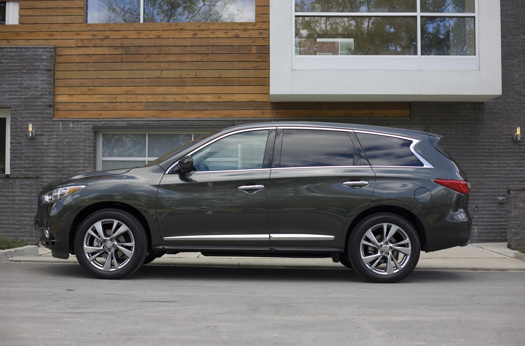 Manufacturer photo: On the outside the Infiniti QX60 pushes the boundaries of what a luxury crossover can be -- with signature styling cues such as dynamic and elegant line treatments inspired by nature