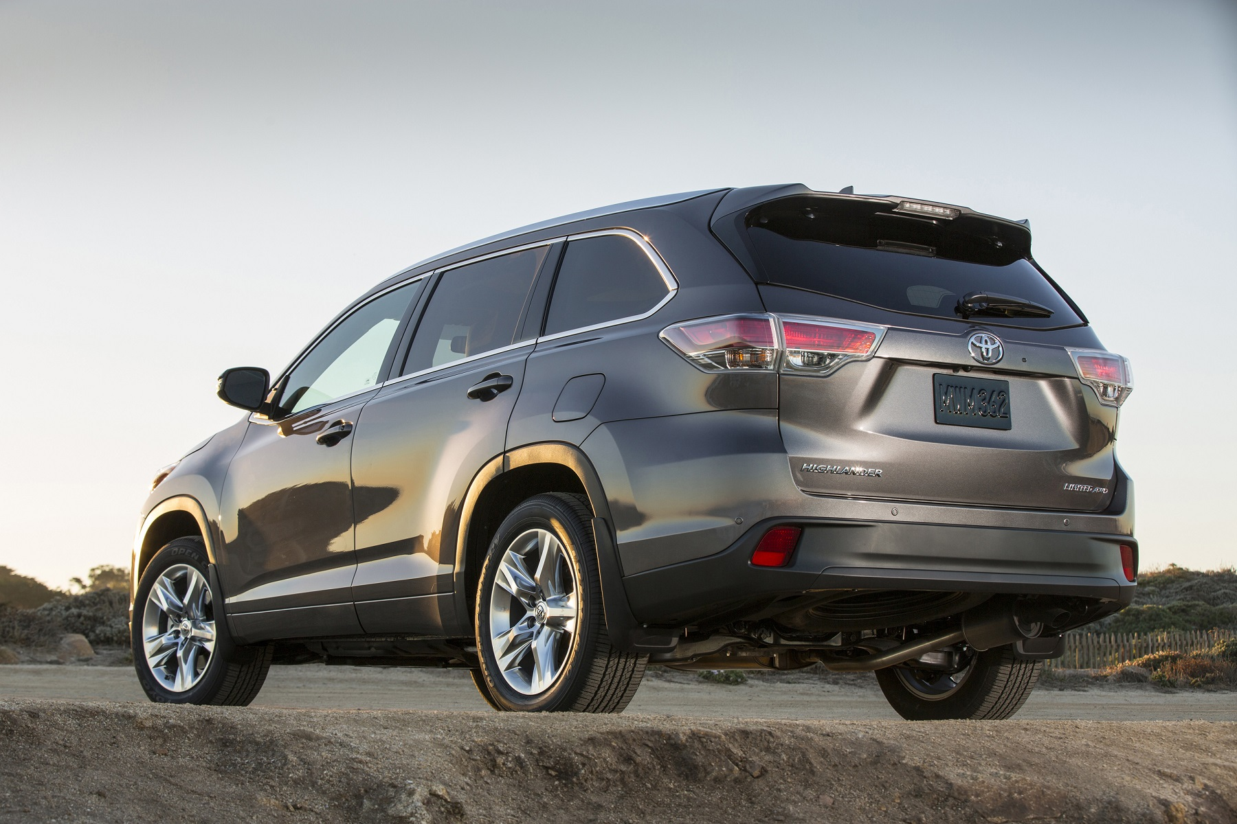 Manufacturer photo: The new 2014 Toyota Highlander features a progressive silhouette, a lower roofline for improved aerodynamics, and sculptured side-door panels
