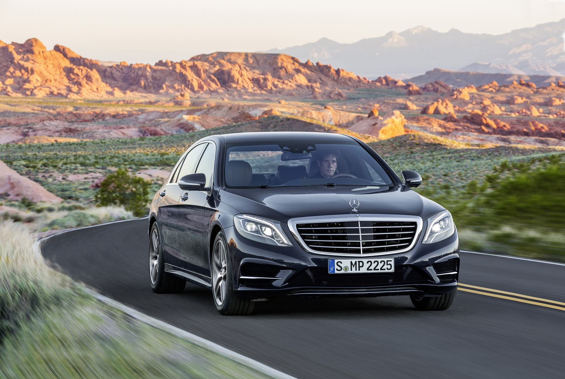 Manufacturer photo: With its long hood, the flowing, domed roof line and the gently slanting rear end, the new Mercedes-Benz S-Class has classic sedan proportions