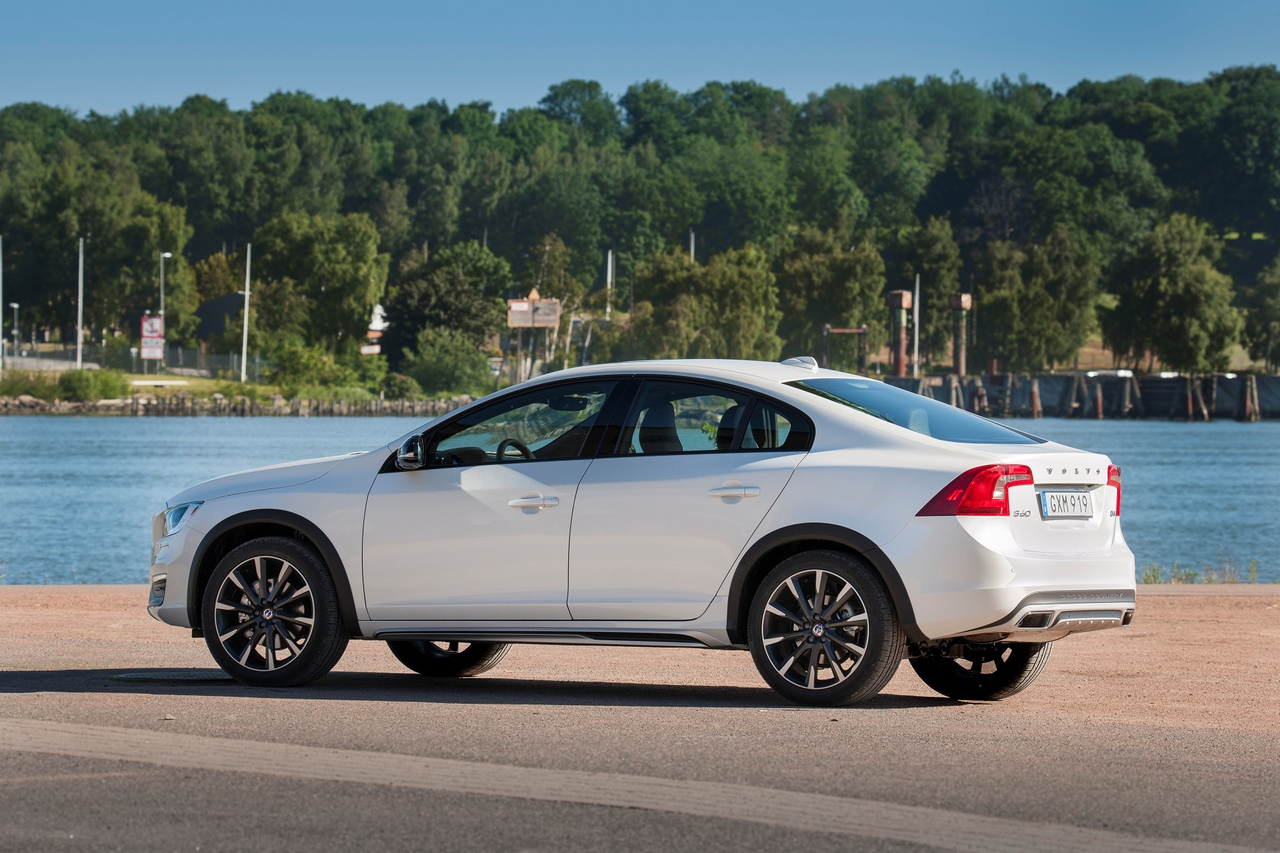 Manufacturer photo: 2017 Volvo S60 Cross Country