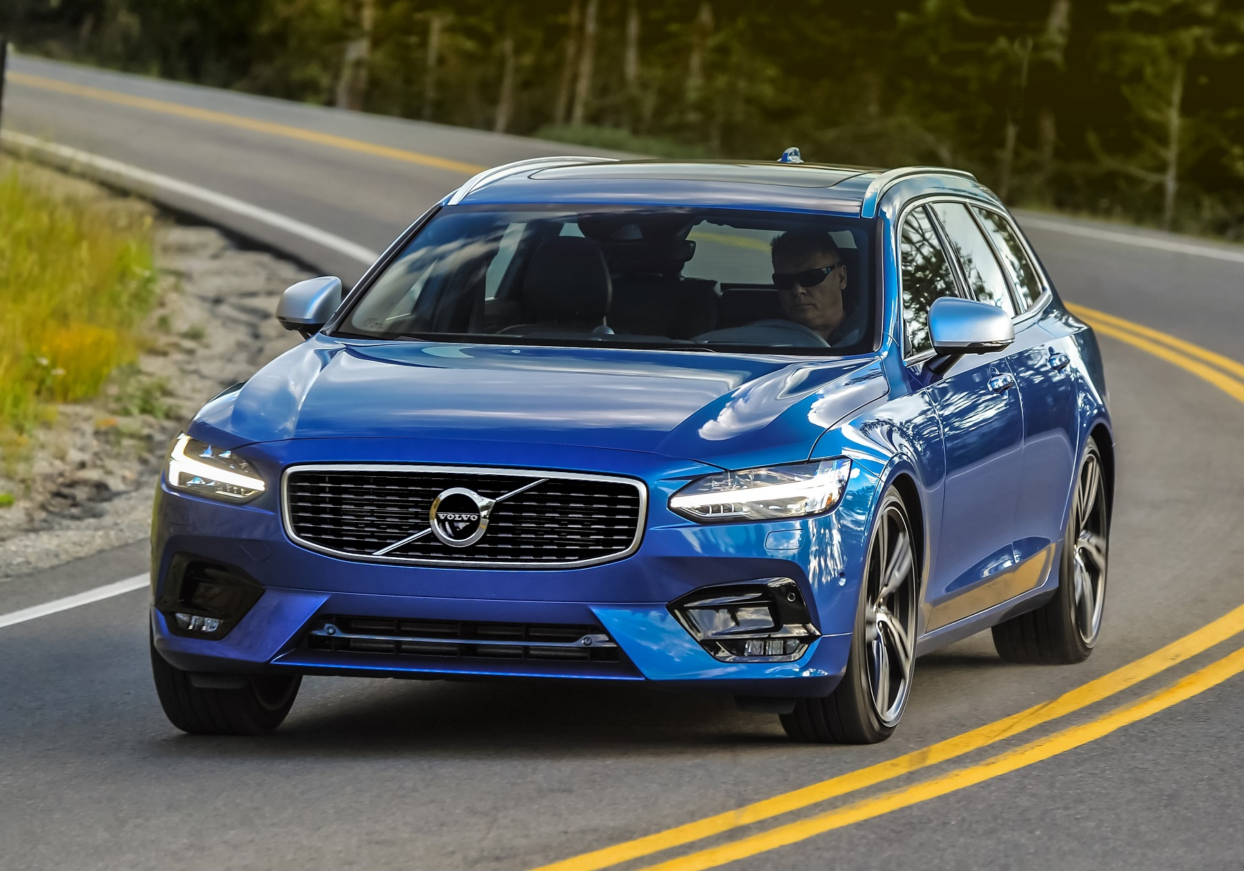 2018 volvo v90 pioneering family wagons new on wheels groovecar. Black Bedroom Furniture Sets. Home Design Ideas